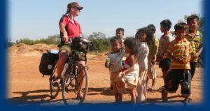 Marijke en johan op de fiets in Cambodja